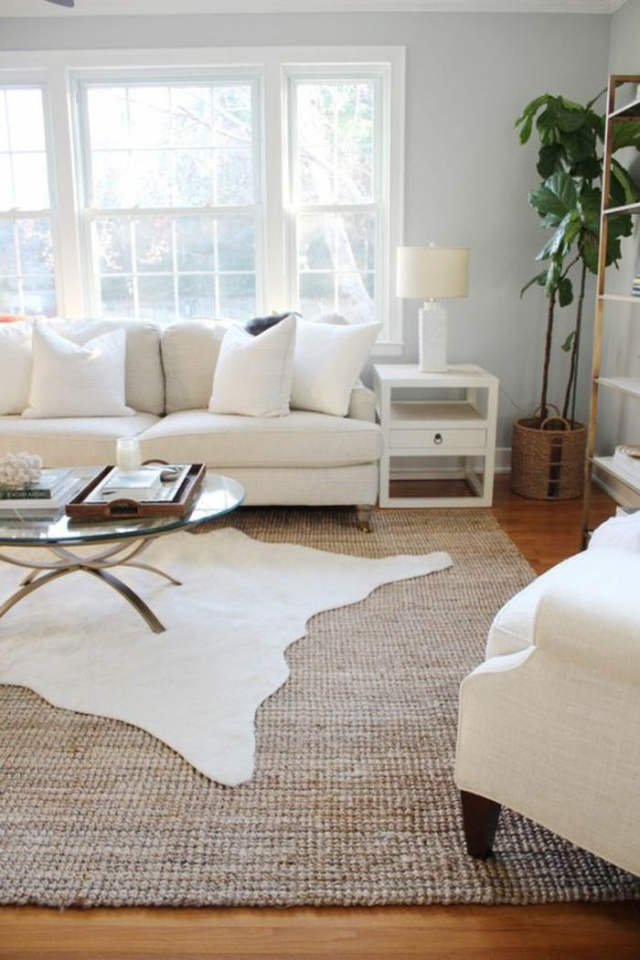 Einrichtungsideen Fürs Wohnzimmer Fellteppich über Den Teppichboden  Verlegen Weiße Möbel
