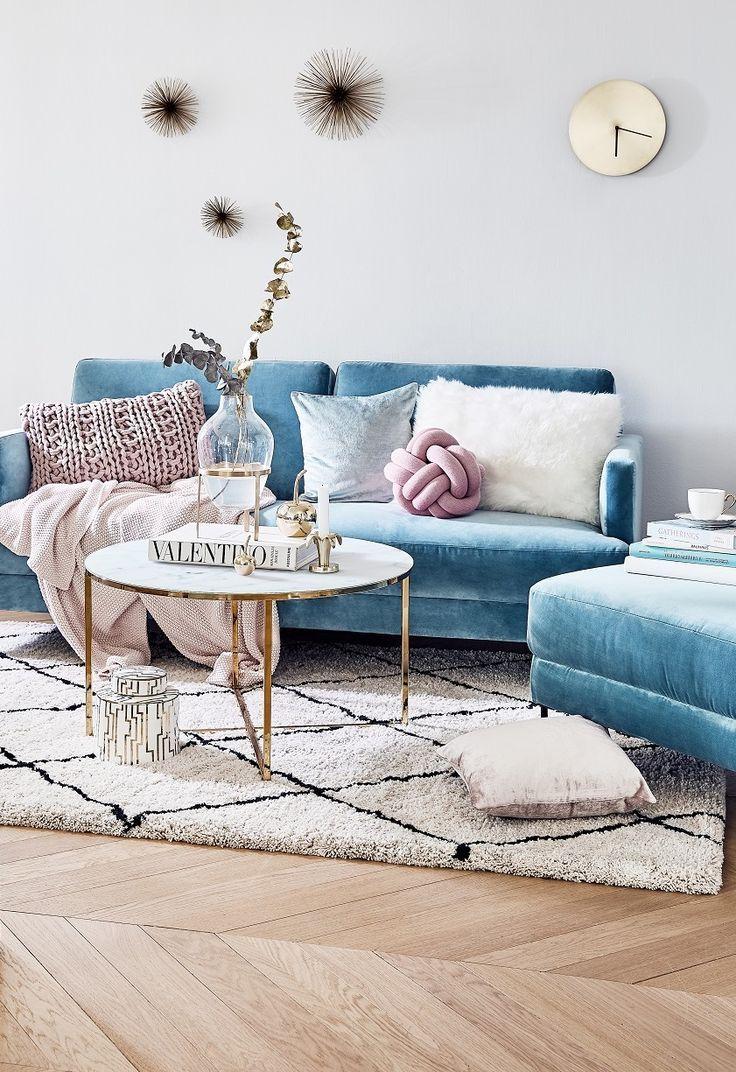 Fluente Family So Vielseitig Ist Der Blogger Liebling Das Angesagte Samt Sofa Fluente Blue Sofa Living Blue Velvet Sofa Living Room Velvet Sofa Living Room