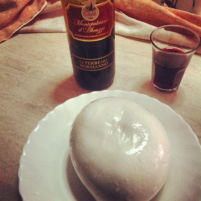 Mozzarella (zizzona) e vino Montepulciano
