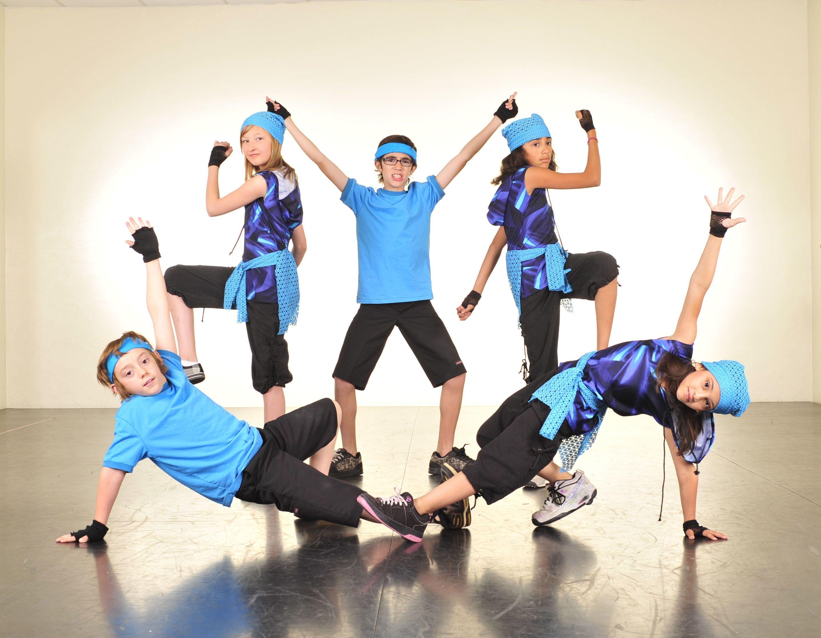 grupo de niños bailando