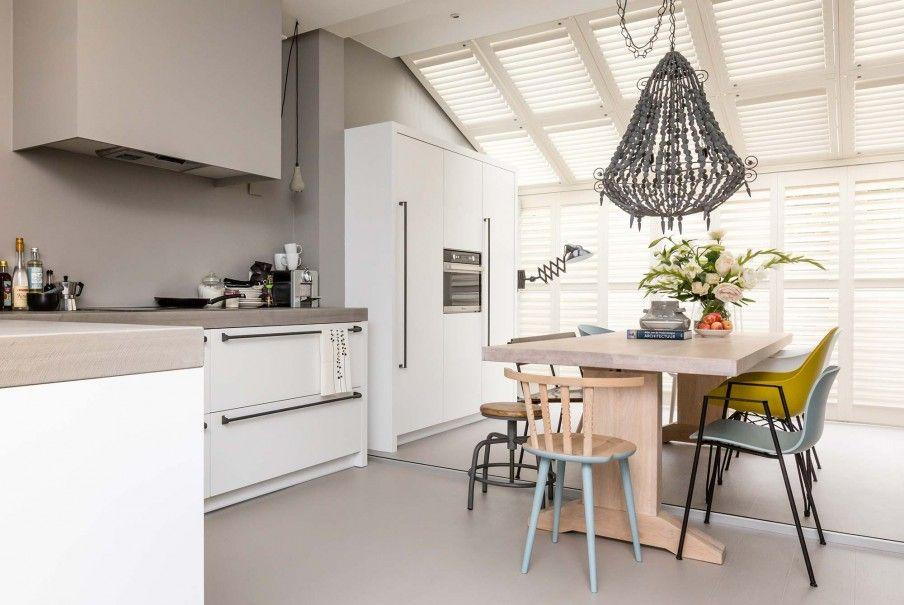 Eethoek in de keuken met betonnen aanrechtblad bij mariëtte en
