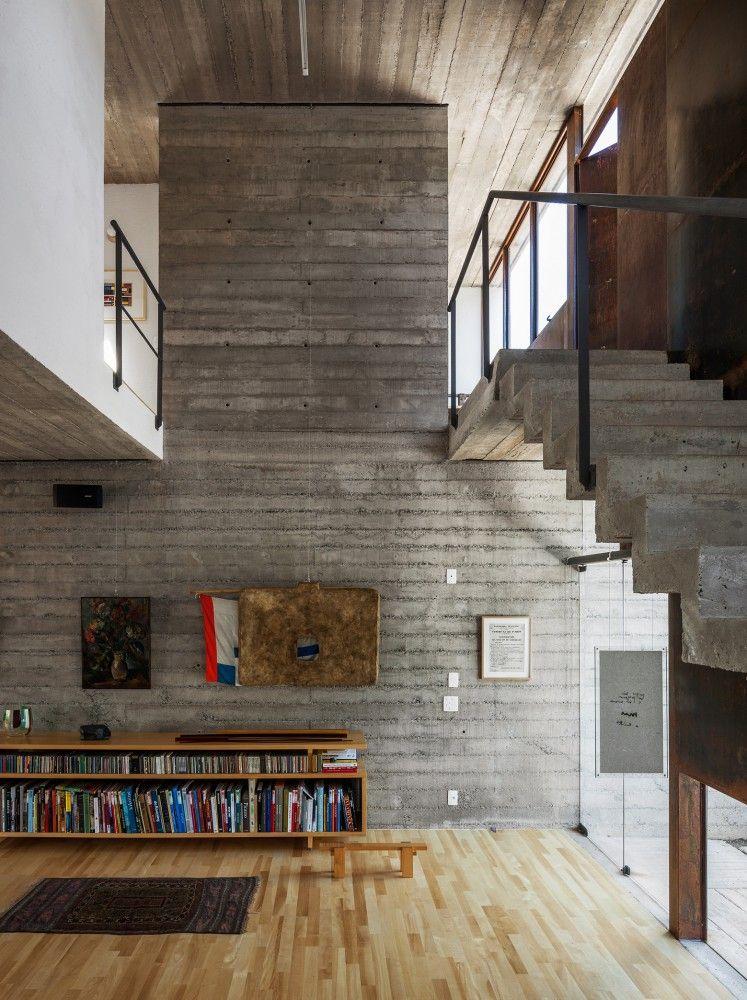 Pepiguari House / Brasil Arquitetura Escalera, Arquitectura y Libreros - paredes de cemento
