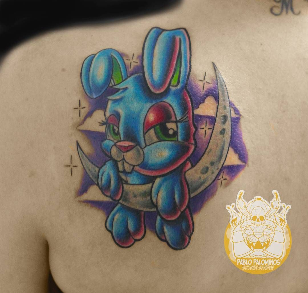 Tattoo coelhinho newschool feita pelo artista @goodart_tattoo que atende no Studio @monstershousetattoo em Moema. Faça já seu orçamento: (11) 981304777 (11) 50937134 #tattoo #newschool #goodart_tattoo #monstershouse #newschooltattoo #tatuajenewschool #fullcolortattoo #rabbittattoo #bunny #bunnytattoo #cute #onthemoon #cartoon #animated #tattooed