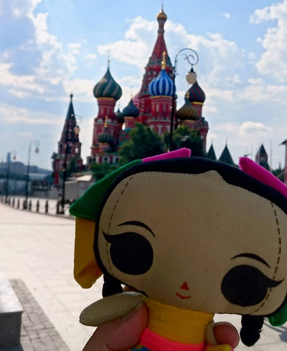 """María nos manda esta bella fotografía de su visita a la """"Plaza Roja"""" ¡en Moscú!  #ArtesaniasMexicanas #kawaii #MariasINC #Russia #PlazaRoja #Moscu"""