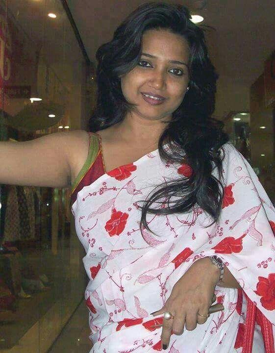 Hot Bhabi Aunty In Saree Auntie Sleeveless Blouse Hot Sexy Real