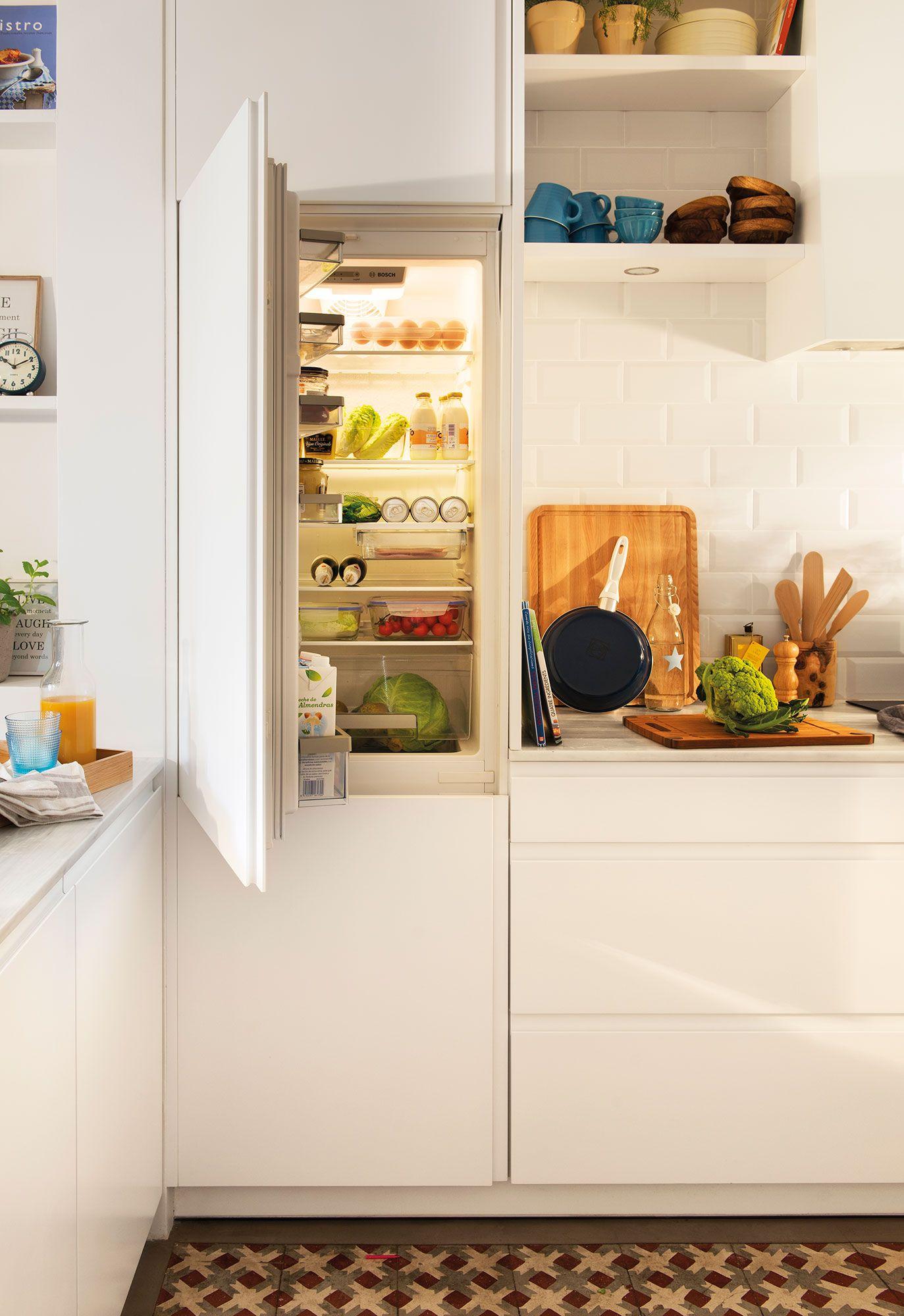 Semitoma de cocina en blanco con armarios cocinas en for Medidas nevera pequena