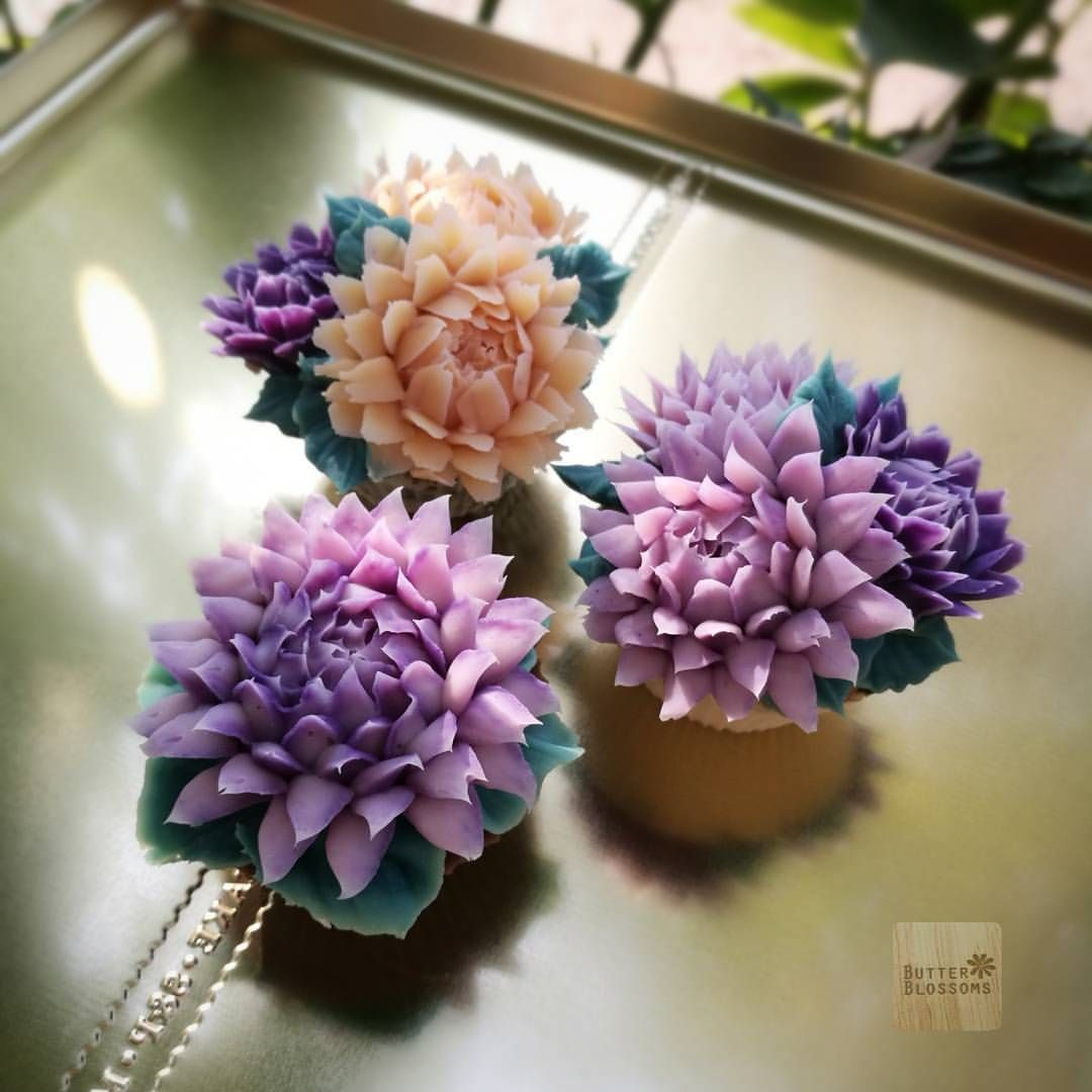 Some Type Of Chrysanthemum Do Any One Know What Is This Flower Name Made With Soapcream Butte Korean Buttercream Flower Cake Decorating Piping Flower Cake