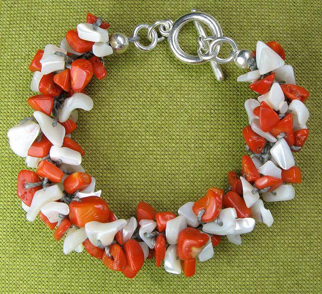 Pulsera tejida en crochet, con corales y concha nácar, por María Tenorio, via Flickr