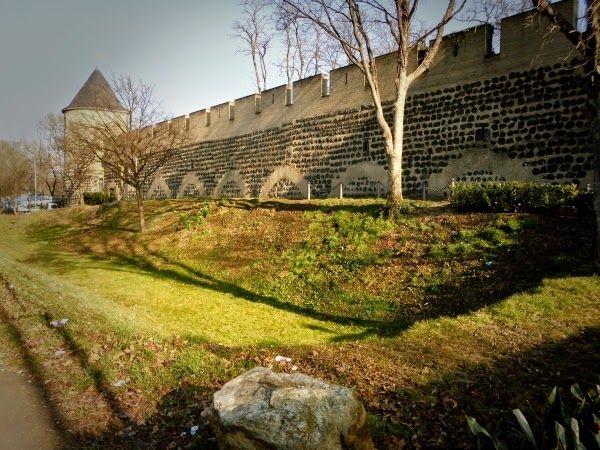 Kölner Ecken: Stadtmauer am Sachsenring mit Stadtgraben