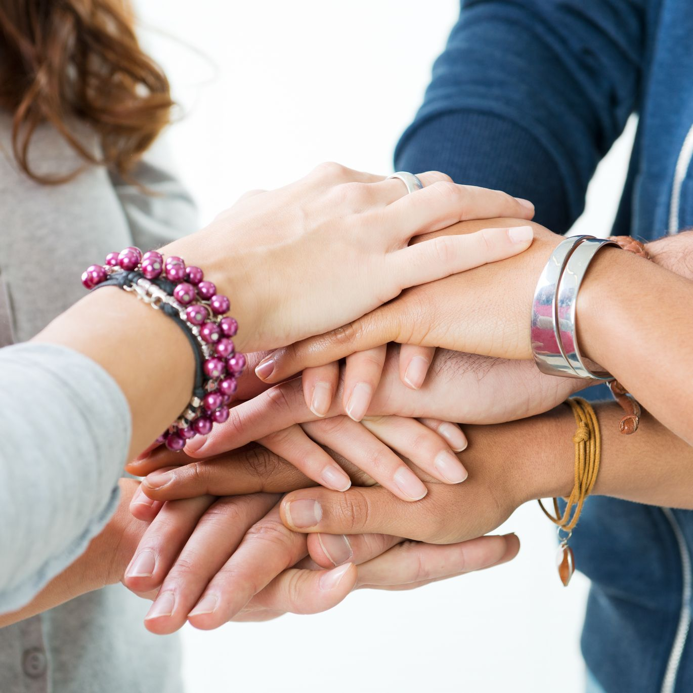 Tener una buena amistad y conservarla nos hace sentir más felices. El ser humano es un ser social con necesidad de relacionarse. Hoy les traigo un artículo que trata de ayudar a mantener una amistad….