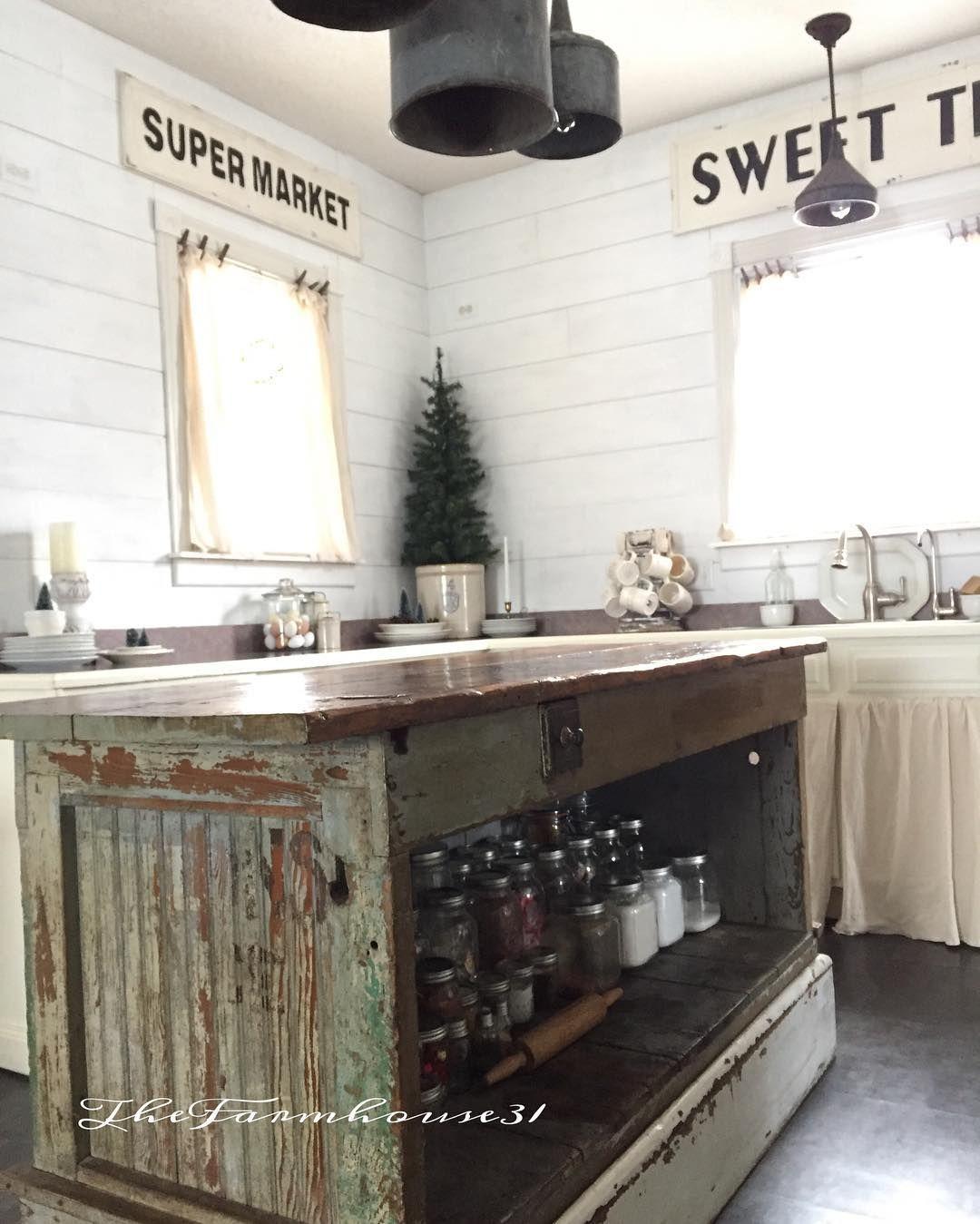 Pin By Veronica Ayala On Cozy Cottage Kitchens Rustic Kitchen Cabinets Farmhouse Kitchen Decor Vintage Farmhouse Kitchen