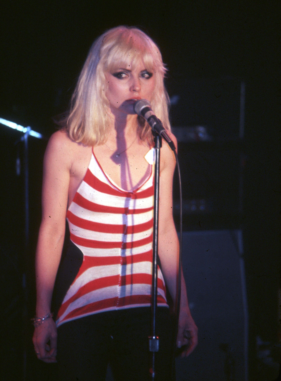 Debbie Harry singing in Blondie | Faces | Pinterest | Músicos