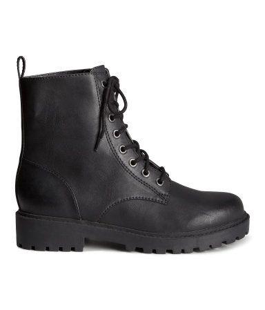 Skønne støvler i sort med snørebånd. De er tykke og tættere, derfor holder de kulden ude. De er simpelthen bare et must! <3