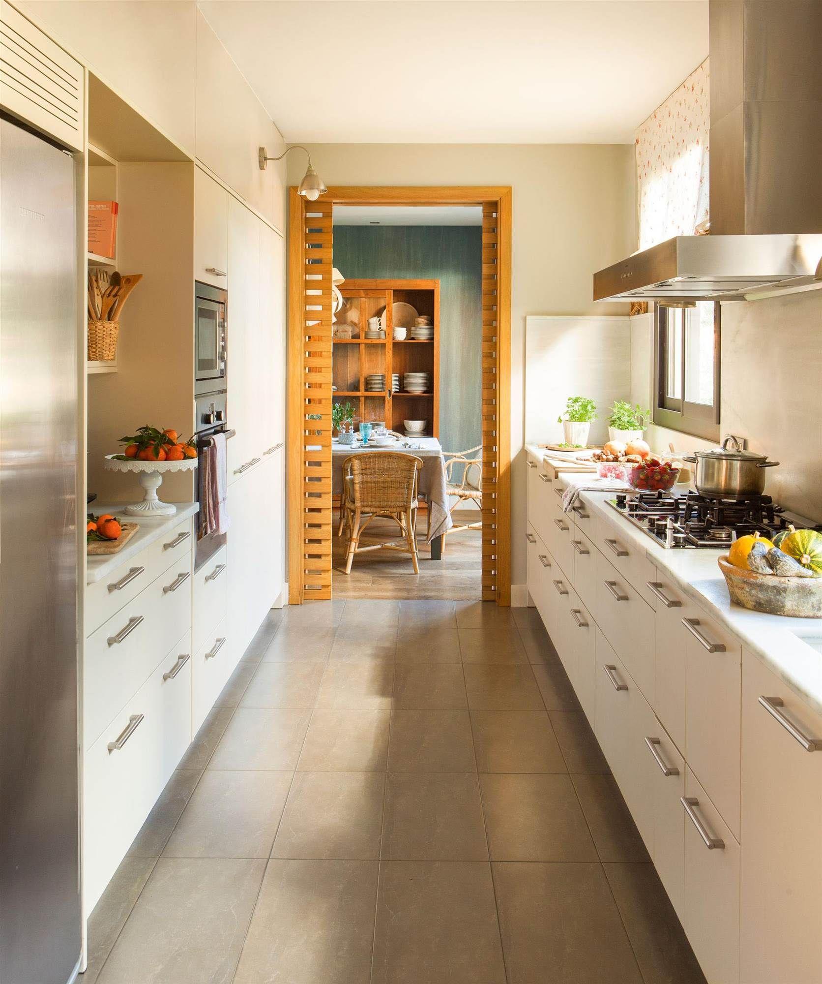 Cocina blanca distribucion en paralelo 00421119 cocinas for Cocinas pequenas en paralelo