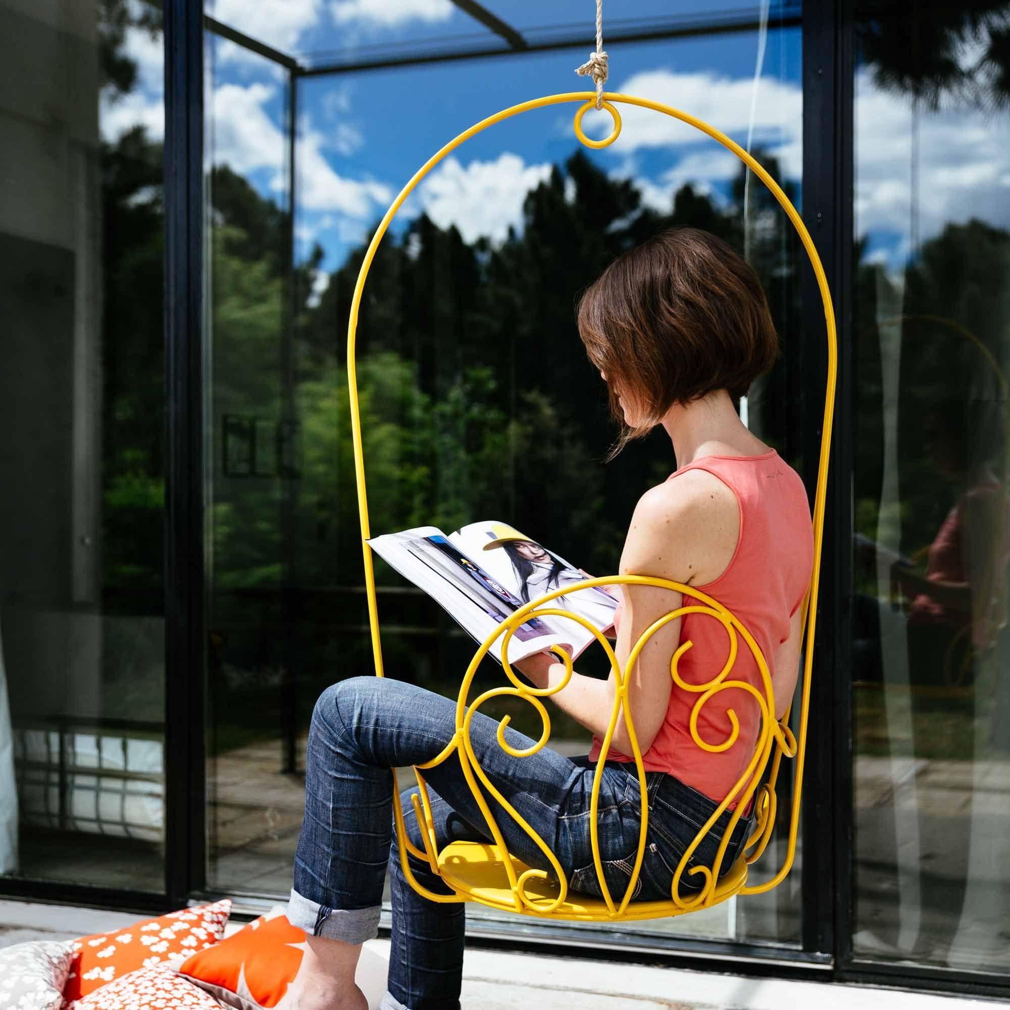 jaune joli fauteuil suspendu balancelle 1 place acier assise perfor e montmartre fermob. Black Bedroom Furniture Sets. Home Design Ideas