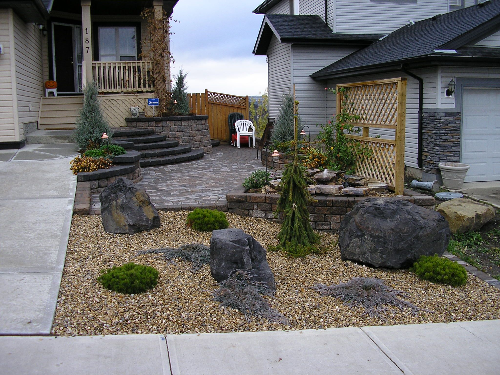 Awesome sideyard design of landscaping with rocks with for Landscaping large gardens