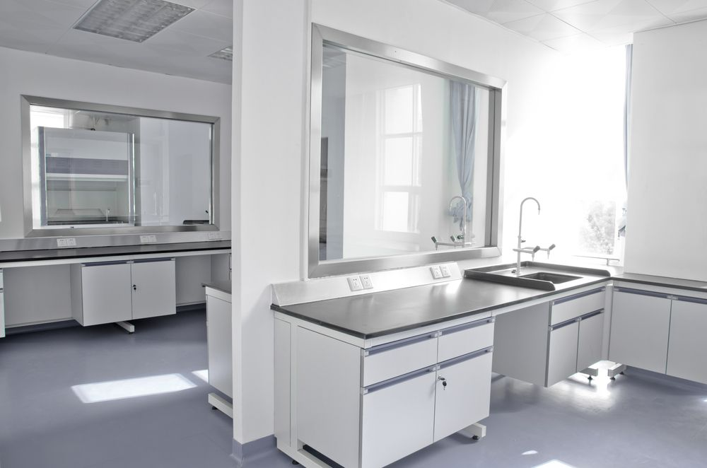Voor een laboratorium vloer wordt vaak een 2-componenten vloerverf gebruikt. Deze geeft een uitstekende bescherming en worden harder dan een 1-componenten vloerverf.