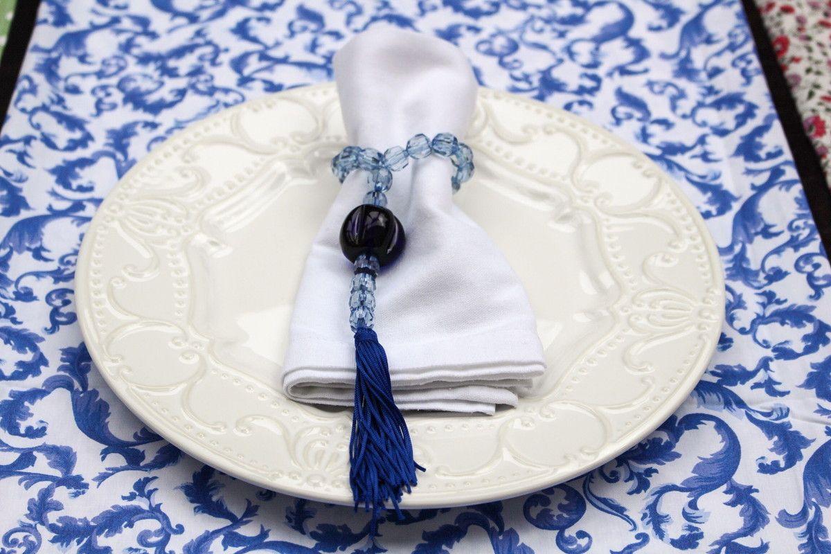 Porta guardanapo com pingete de fios de seda, com pedrarias no estilo de cristal e murano. Muito elegante e charmoso. Deixa qualquer mesa muito linda.
