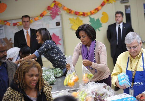 11 25 10 Happy Thanksgiving First Lady Michelle Obama And Daughter Malia Distribute Food At Martha S Table In Washington Dc Malia Obama Obama Michele Obama