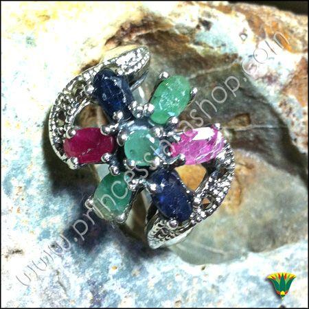 """Anillo realizado en plata de ley 925 con piedras semipreciosas de zafiro, rubí, esmeralda y marcasitas. El ZAFIRO deriva de la palabra griega sappheiros y significa """"la piedra más bella"""". Los  egipcios la llamaban """"piedra de las estrellas"""". La ESMERALDA deriva del persa """"smaragdus"""" que significa """"esperanza"""". El RUBÍ te ayuda a tener sabiduría espiritual, salud, conocimiento y abundancia de todo tipo."""