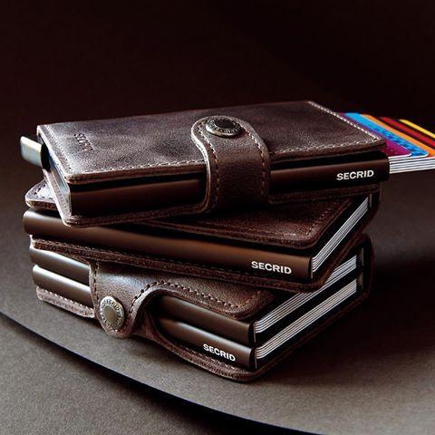 [세상에 없던 카드 지갑]네덜란드의 가죽장이 만든 시크리드 카드 지갑을 에피그램 스토어에서 만나보세요. 시크리드는 기존의 카드 지갑의 판도를 바꾸는 혁신적인 제품으로 카드를 쉽게 꺼낼수 있도록 제작된 알루미늄 protector는 RFID, NFC로 인한 해킹으로부터 카드의 정보를 안전하게 보호합니다. 일상의 소소한 즐거움. - epigram store with secrid - #epigram #store #secrid #cardwallet #에피그램 #카드지갑 #시크리드 #지갑 #가죽  www.byseries.com