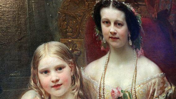 Auf einem Gemälde ist eine fürstliche Herrscherin zu sehen, die ihrem Arm um ein junges Mädchen hält. © NDR Fotograf: Eric Klitzke