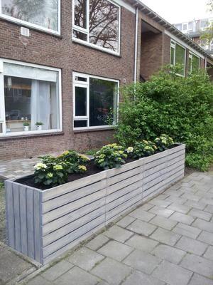 Bekijk de foto van Miekie1963 met als titel Plantenbak gemaakt van pallethout voor de voortuin van onze dochter en geverfd met greywash van de action. en andere inspirerende plaatjes op Welke.nl.