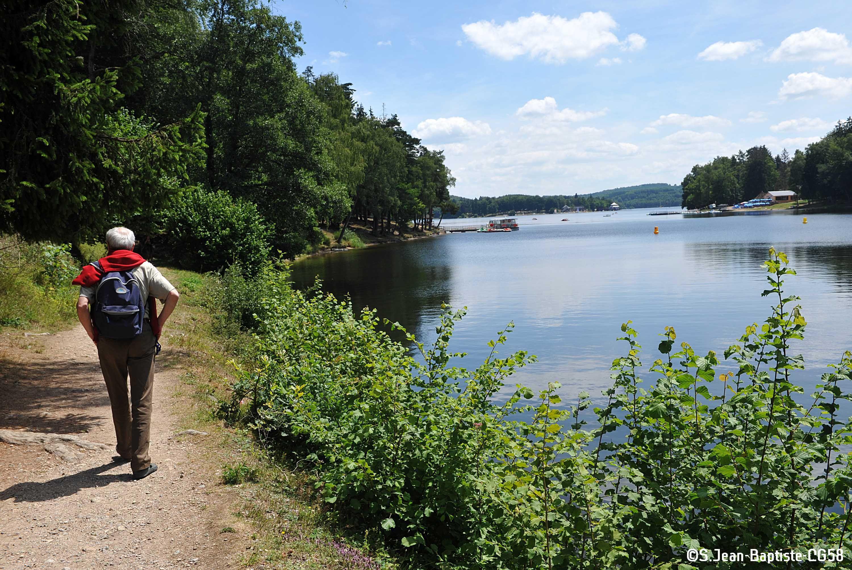 Sac A Dos Et Chaussures De Marche Tentez La Randonnee Autour Du Lac Des Settons C S Jean Baptiste Cg58 Parc Naturel Regional Parc Naturel Lac Des Settons