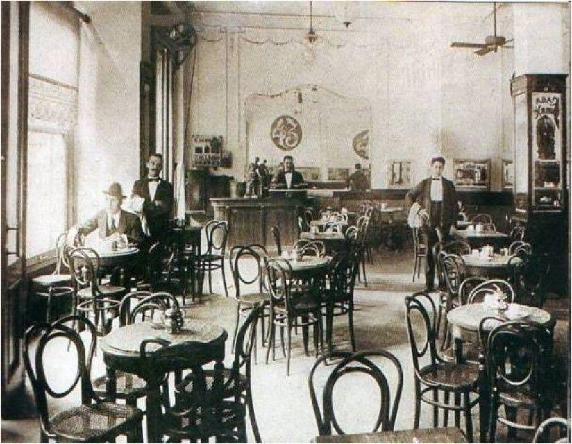 Café de los Inmortales, en Corrientes 922. Una versión dice que el nombre se lo puso Florencio Sánchez