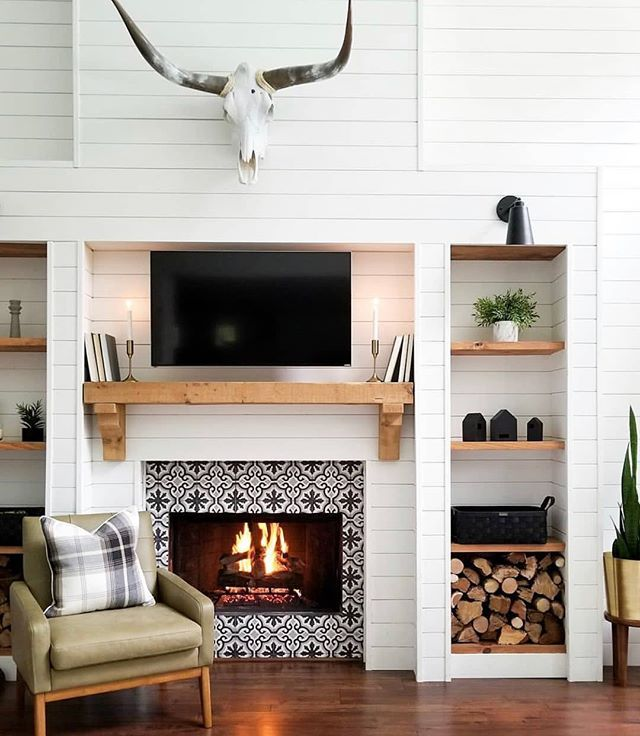 This view is too cozy not to share. I love this modern farmhouse inspiration from Keely Mann. Modern Farmhouse - Fireplace - Shiplap - Modern Design - Living Room #modernfarmhouselivingroom