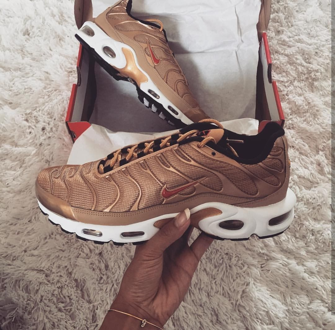 Nike Air Max Plus in gold/red // Foto: genevievechanel |Instagram