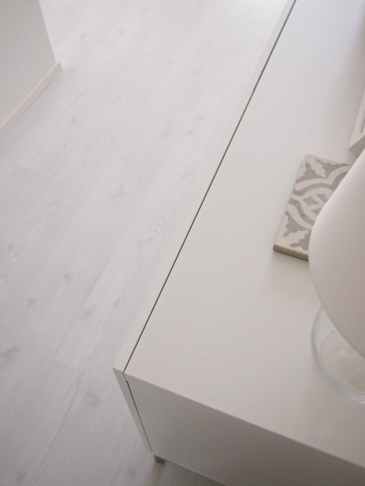 Hannas Home / white floor / Parador Arctic Pine laminate