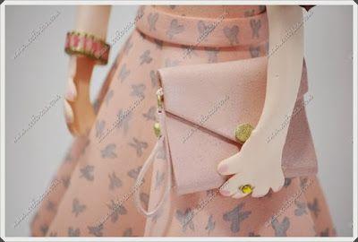 fofucha con vestido para boda, rizos, bolso y tacones