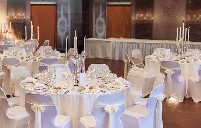Die Eleganz Der Festhalle Baumhain Luisenpark In Mannheim Sorgt Fur Eine Ganz Besondere Atmosphare 3 Mannheim Hochzeitslocation Tischdeko Hochzeit Hochzeit
