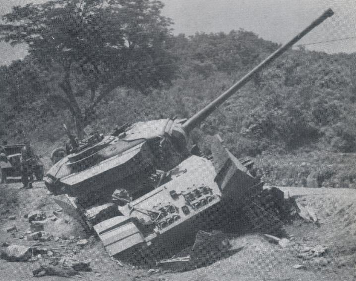 임진강 전투시 11루트 도로변에서 적의 공격을 받아 파괴된 영국군의 센츄리온 MK3 전차 - 1951년 4월 25일