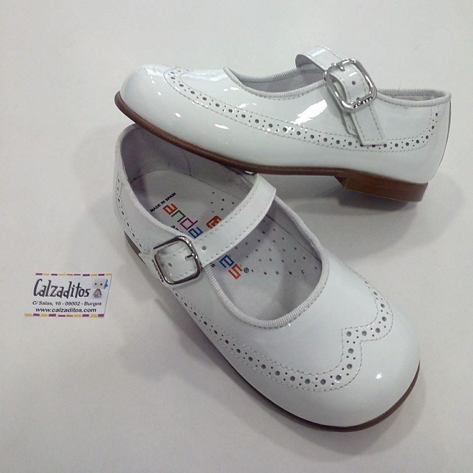 3acf45ee0 Zapatos para niña en charol con picadito estilo inglés y ribeteado en raso  blanco estriado.