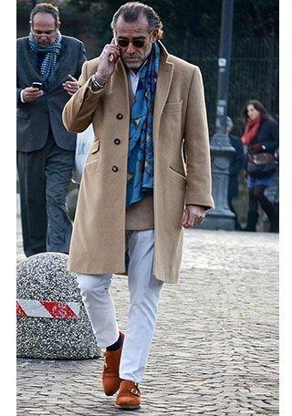 ベージュチェスターコート×白パンツの着こなし【60代】(メンズ)   Italy Web