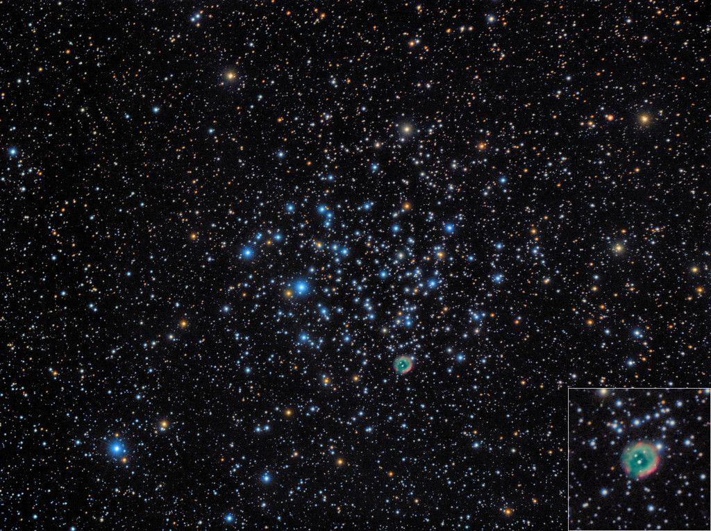 Cúmulo Messier 46 (M46, NGC 2437) y la Nebulosa planetaria NGC 2438. M4 es un cúmulo abierto en la constelación Puppis. Descubierto por Charles Messier en 1771. Edad estimada de unos 300 millones de años. El cúmulo contiene unas 500 estrellas de las cuales 150 son más brillantes que magnitud 13. Se desconoce la relación de la nebulosa planetaria NGC 2438 con el cúmulo; habitualmente se ha pensado que es un objeto en primer plano, pero otros estudios muestran que pueden estar asociados.