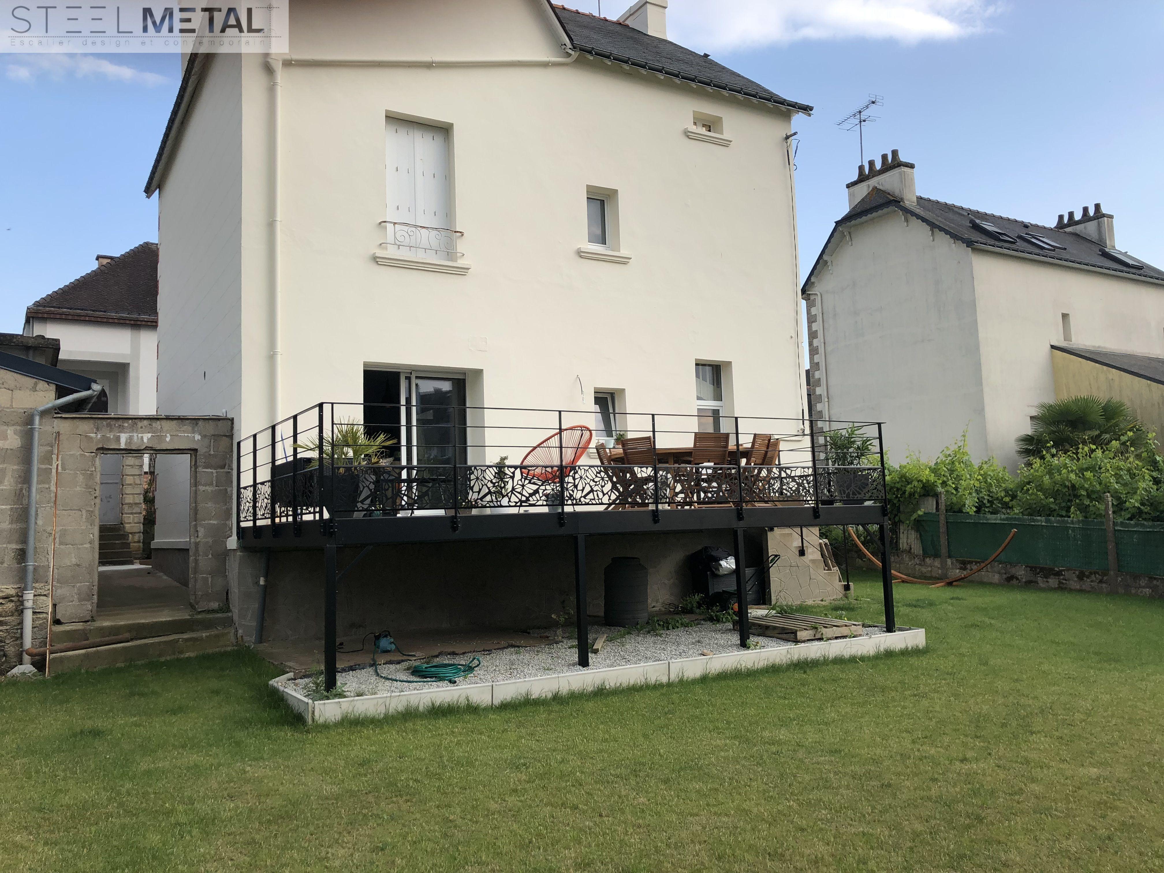 Terrasse métallique extérieure avec platelage bois | Sièges ...