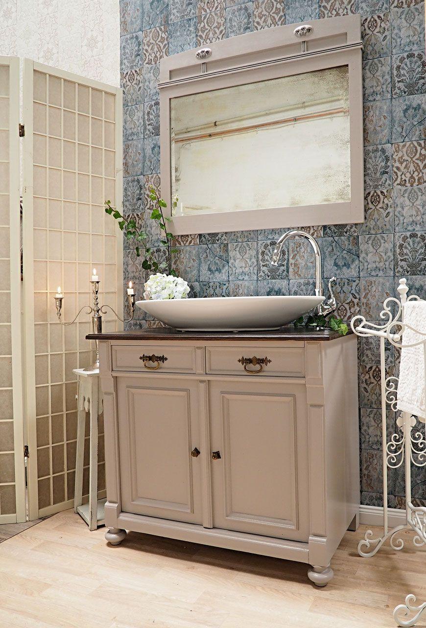 Nostalgischer Waschtisch für ein romantisches Badezimmer aus einer ...