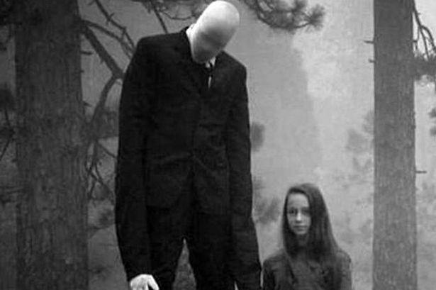 SLENDERMAN; En la década de los 80's, entre los escombros de un incendio ocurrido en una biblioteca de la ciudad de Stirling, en California, Estados Unidos. Fue rescatada una fotografía en la cual un grupo de catorce niños juega en un parque. Siendo observados por una figura oscura de más de dos metros, carente de rostro y con tentáculos. Los pequeños nunca se dan cuenta de que él está ahí observándolos, y desaparecen sin dejar rastro, al igual que la persona que tomó la  fotografía.