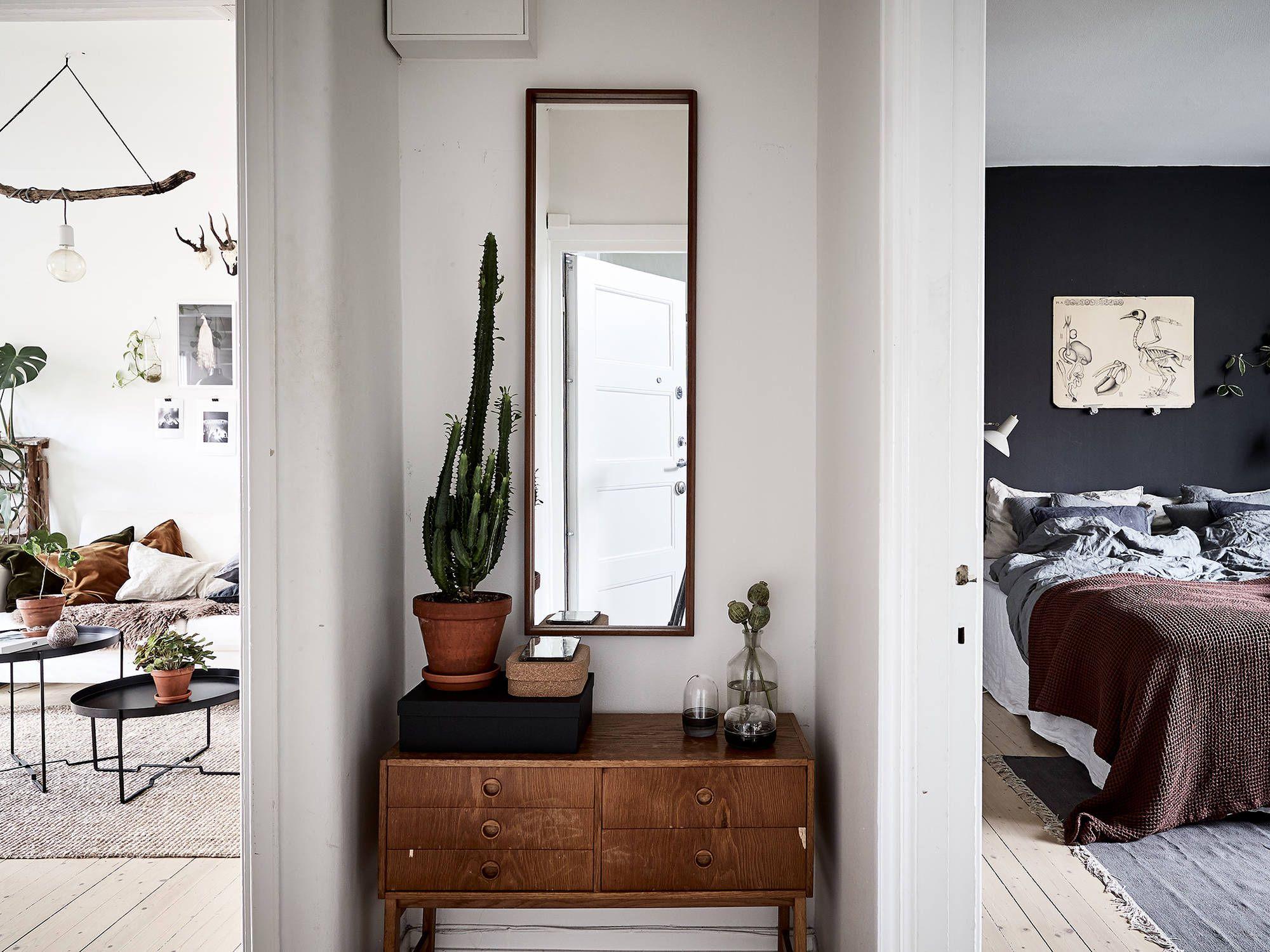 Fijne combi een zwarte slaapkamer en heel veel planten otthon