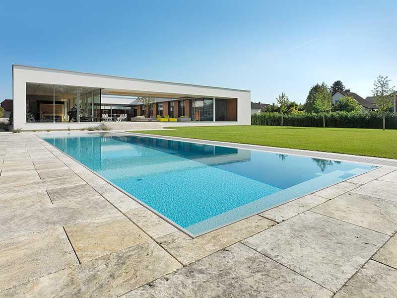 swimmingpool design ideen flachen, pool mit Überlaufkante und flacher Überdachung in einem modernem, Design ideen