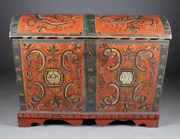 Rosemalt kiste med fot, eierinitialer og dat. 1827. L: 110 cm., hengsler mangler nagler. Prisantydning: ( 5000 - 6000) Solgt for: 7000