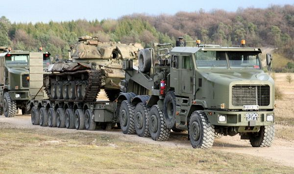Army - Heavy Equipment Transporter (HET) consisting of a combination of  Oshkosh 1070F 8 x 8 tractor truck and a King Trail… | Military vehicles,  Trucks, Cool trucks