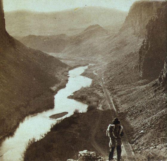 1868: Een Amerikaan kijkt neer op een pas voltooid gedeelte van een spoorweg in Nevada.