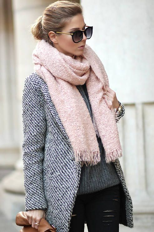 e91fb114d59d Alegremos el invierno con una bufanda rosa sobre un look negro y gris.