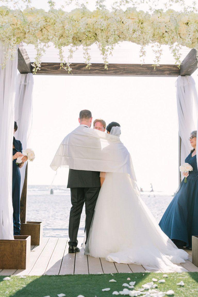 Strand Hochzeits Zeremonie Portrait Unter Holzernem Chuppah