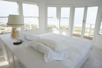How to Arrange Bedroom Furniture With a Bed in the Center of the Room