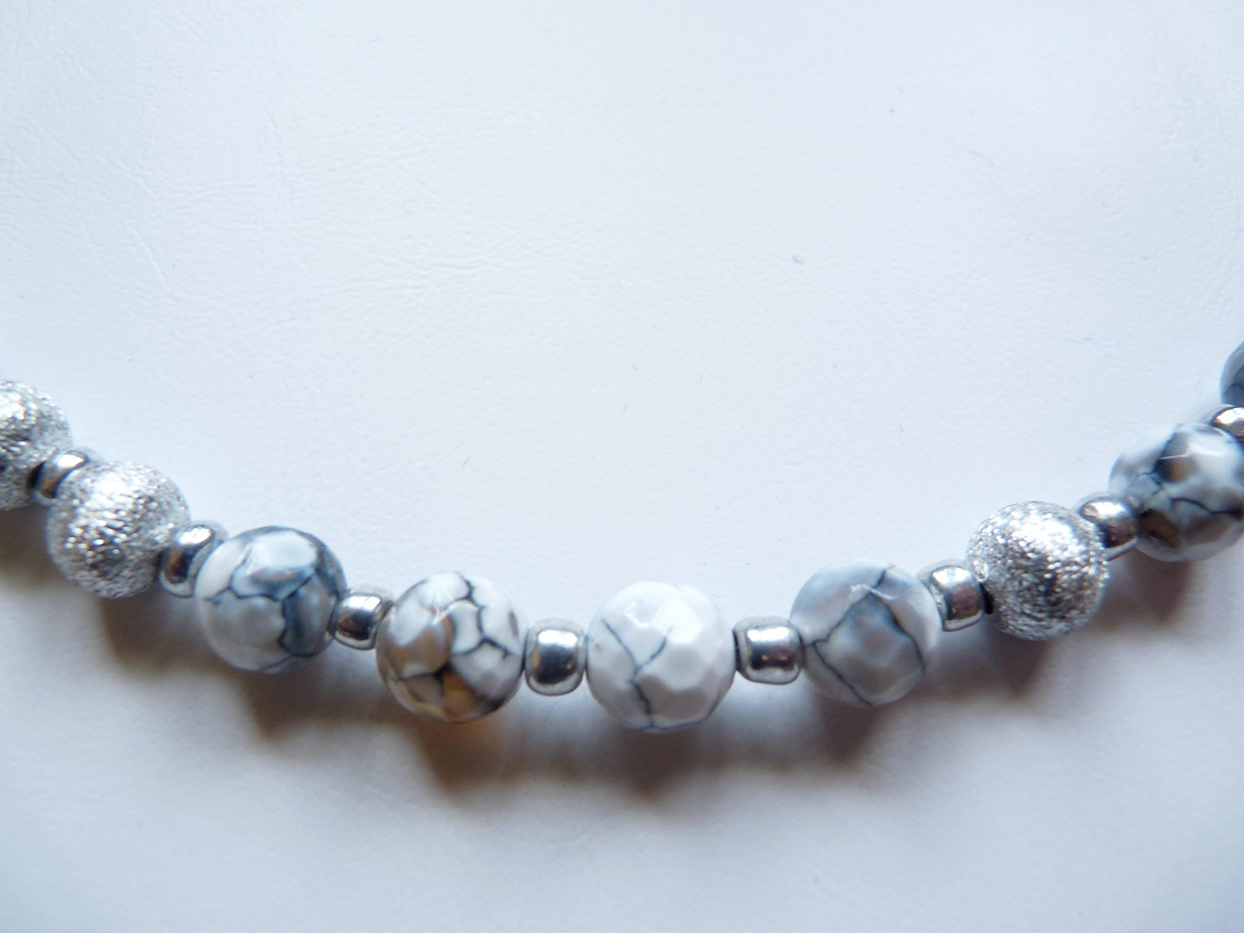 c563277b6589df Handgemachte Edelstein Kette mit Achat Perlen Naturbrand weiss kombiniert  mit H matit Perlen und Aluminium
